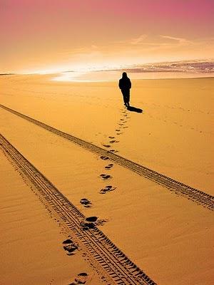 Walking_wandering_on_footprints_desert
